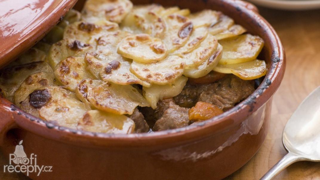 Dušené jehněčí v bramborách