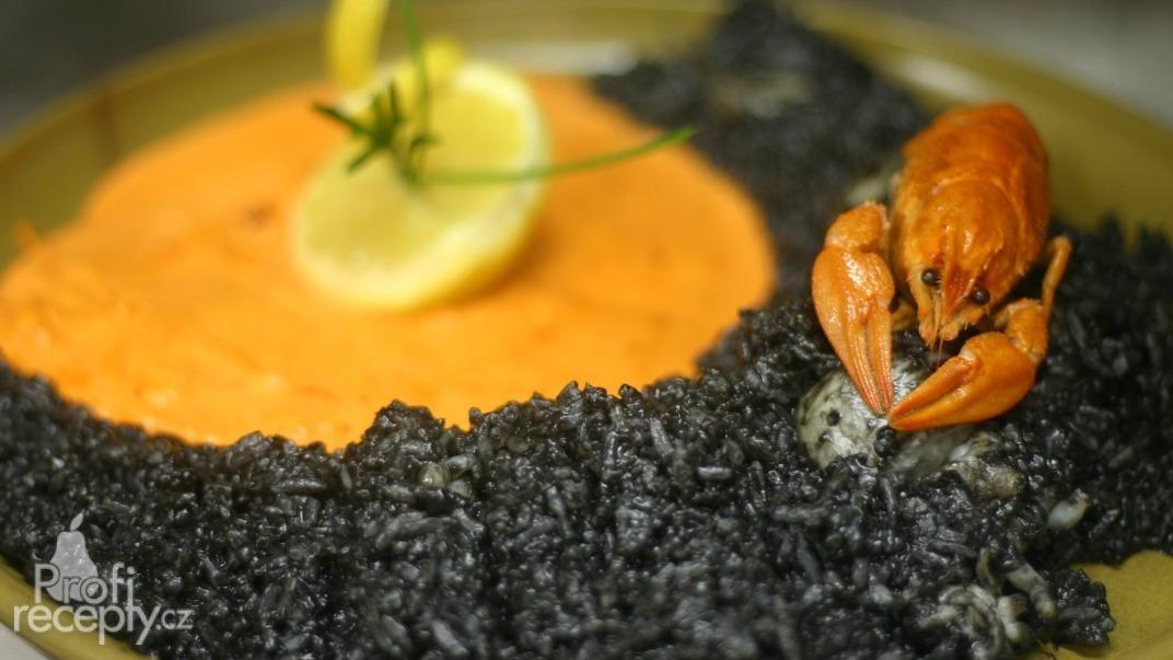 Černé sépiové risotto s krevetovou omáčkou