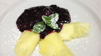 Ananasové ravioly plněné tvarohem s madagaskarskou vanilkou s redukcí červeného vína a lesního ovoce