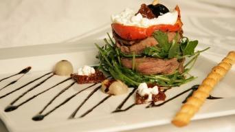 Salát s dorůžova pečenou hovězí svíčkovou