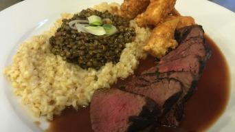 Pštrosí steak s bulgurem, černou čočkou a černým kořenem