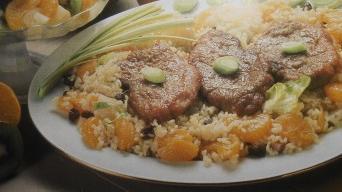 Přírodní vepřové řízky s rýží a ovocem