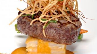 Beef steak na gratinovaných bramborách se smaženou cibulí