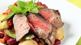 Hovězí steak na fazolích s kukuřicí a brambory