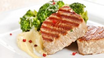 Steak z tuňáka s brokolicí