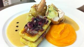 Nadívané králičí stehno s mrkvovou kaší a bramborovými plackami