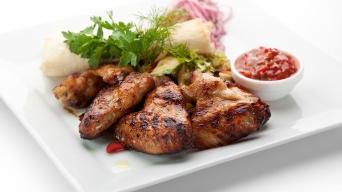 Hot křídla s pikantní salsou a zeleninovým wrapem